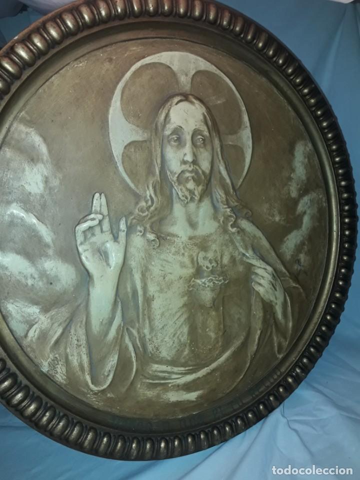 ANTIGUO CUADRO REDONDO SAGRADO CORAZÓN ALTORELIEVE CON MOLDURA INCORPORADA AÑO 1921 50CM (Arte - Arte Religioso - Pintura Religiosa - Otros)