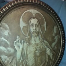 Arte: ANTIGUO CUADRO REDONDO SAGRADO CORAZÓN ALTORELIEVE CON MOLDURA INCORPORADA AÑO 1921 50CM. Lote 276228753