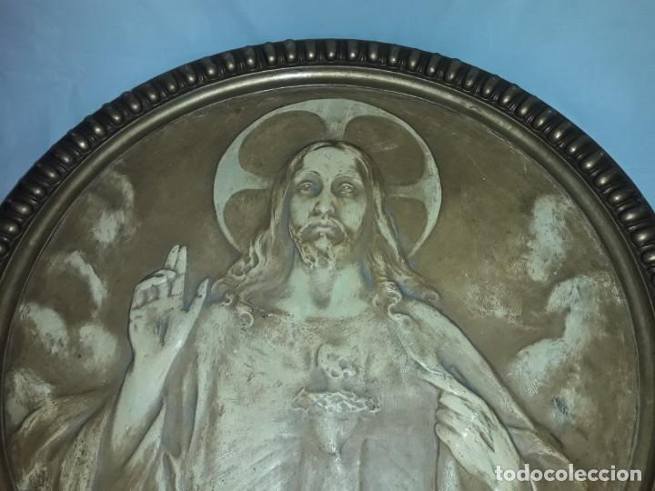 Arte: Antiguo cuadro redondo Sagrado Corazón altorelieve con moldura incorporada año 1921 50cm - Foto 6 - 276228753
