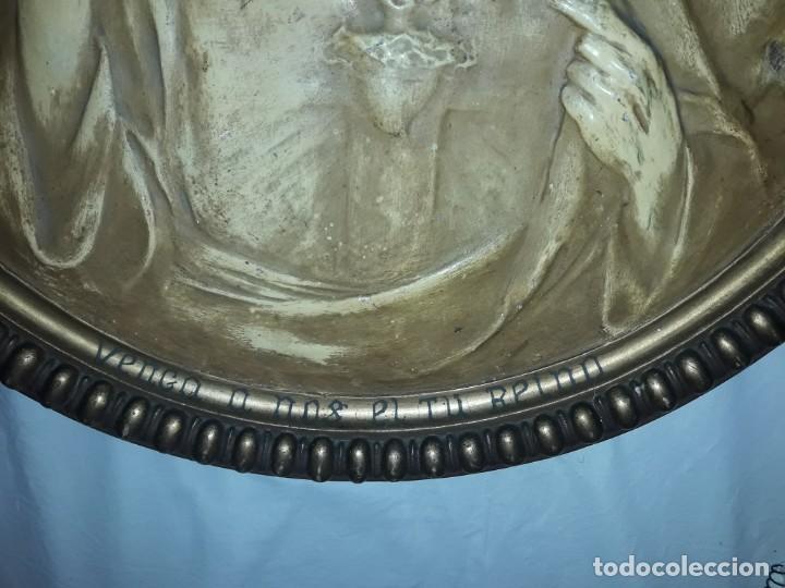 Arte: Antiguo cuadro redondo Sagrado Corazón altorelieve con moldura incorporada año 1921 50cm - Foto 7 - 276228753