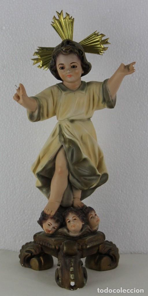 NIÑO JESÚS EN ESTUCO POLICROMADO CON CARAS DE ÁNGEL EN LA PEANA. MEDIADOS SIGLO XX (Arte - Arte Religioso - Escultura)