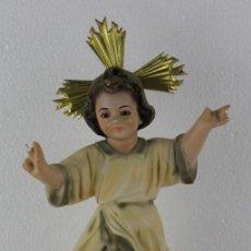 Arte: NIÑO JESÚS EN ESTUCO POLICROMADO CON CARAS DE ÁNGEL EN LA PEANA. MEDIADOS SIGLO XX. Lote 277622233