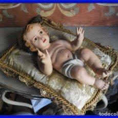 Arte: NIÑO JESUS DE LOS TALLERES DE OLOT CON SU COLCHONETA CON HILOS DE ORO. Lote 286261618