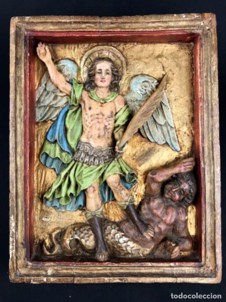 ESCUELA COLONIAL~ RELIEVE TALLA EN MADERA~ SAN MIGUEL ARCANGEL VENCIENDO AL DEMONIO. (Arte - Arte Religioso - Retablos)