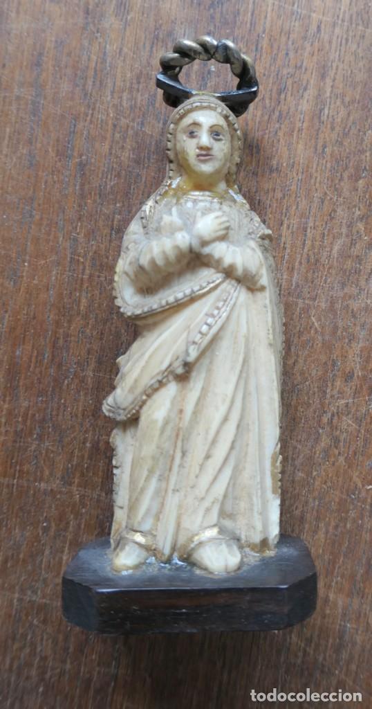 PEQUEÑA ESCULTURA DE VIRGEN EN HUESO- 8,,5 CM , 10 CM CON PEANA Y AUREOLA. (Arte - Arte Religioso - Escultura)