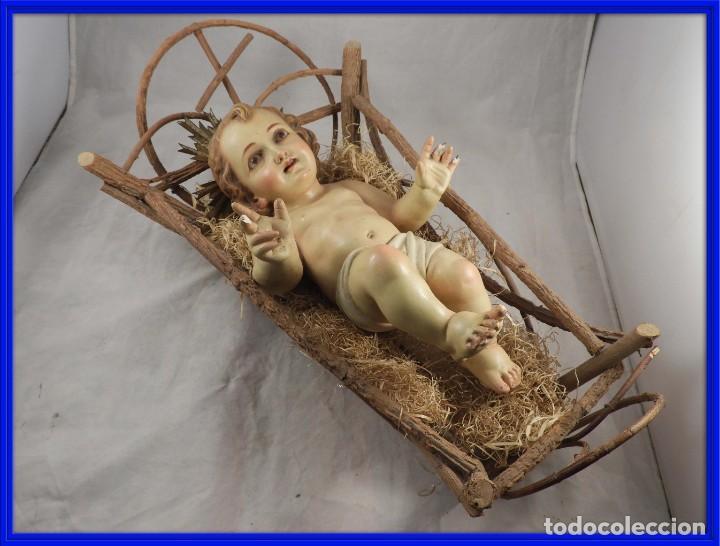 NIÑO JESUS DE ESTUCO POLICROMADO EN SU CUNA (Arte - Arte Religioso - Escultura)