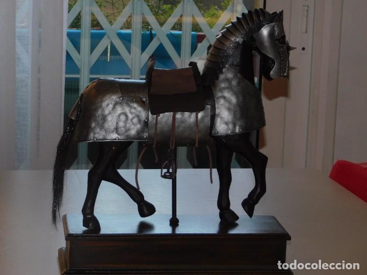 CABALLO DE MADERA CON ARMADURA MEDIEVAL EN METAL; BASE DE MADERA. 12 FOTOS DESCRIPTIVAS (Arte - Arte Religioso - Escultura)