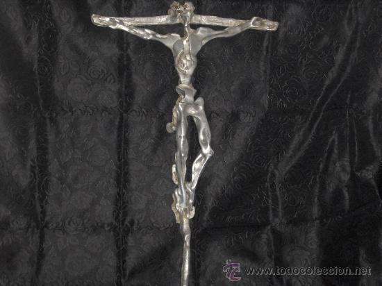 ESCULTURA ALUMINIO O PELTRE ORIGINAL CRISTO DALINIANO 86 CM ALTURA FIRMA GONZÁLEZ TÍTULO KENOSIS (Arte - Escultura - Otros Materiales)