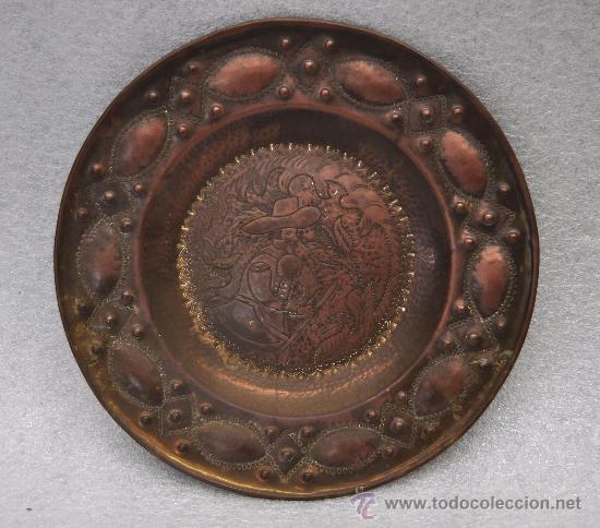 PLATO DE COBRE REPUJADO. COPIA DE 1936 DE UN ORIGINAL HOLANDES DE S.XVII (Arte - Escultura - Otros Materiales)