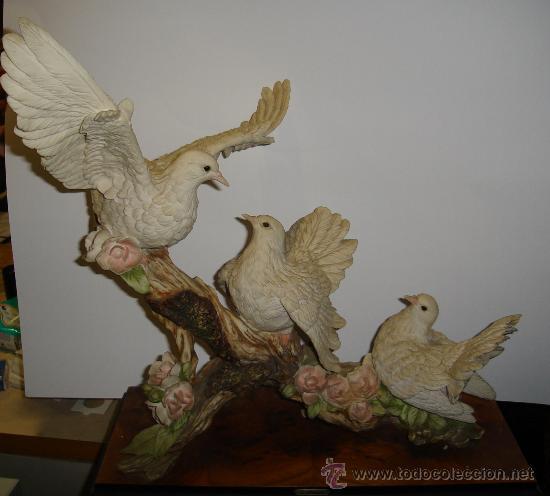 FIGURA DE G. ARMANI. TRES PALOMAS EN UNA RAMA, 44CM DE LARGO POR 45CM DE ALTO POR 20CM ANCHO. 1988 (Arte - Escultura - Otros Materiales)