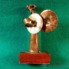 Arte: ANGEL PLATILLOS-FIGURA COBRE FIRMADA GUILLEM DURAN-SURROCA-8X3X4 CM+PEANA-MEDIADOS XX-PIEZA UNICA. Lote 36868928