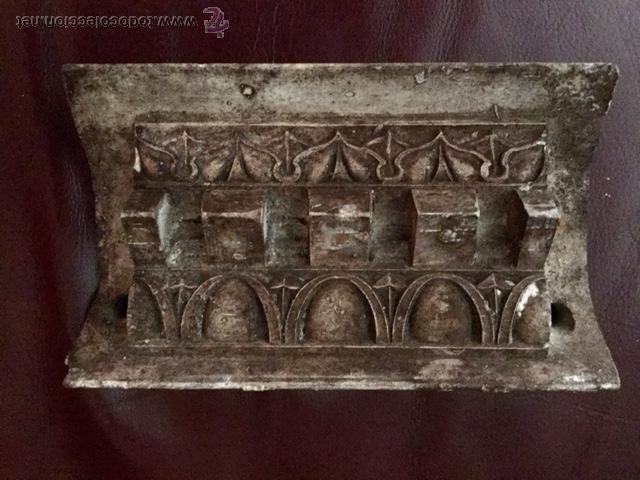ANTIGUA PIEZA DE ESCAYOLA, MOTIVOS CLÁSICOS, GEOMÉTRICOS, MUY DECORATIVA. (Arte - Escultura - Otros Materiales)