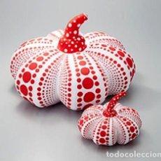 Arte: YAYOI KUSAMA SOFT SCULPTURE PUMPKIN SQUASH SET OF 2 (LARGE + SMALL) WHITE X RED. Lote 62559280