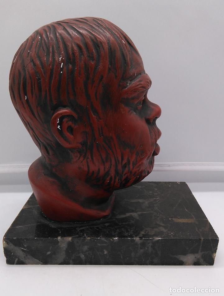 BUSTO ANTIGUO CON PATINA EN ROJO GRANATE SOBRE PEANA MÁRMOL . (Arte - Escultura - Otros Materiales)