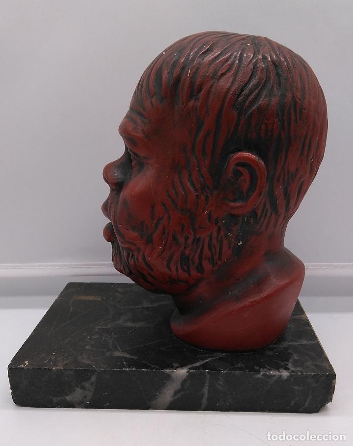 Arte: Busto antiguo con patina en rojo granate sobre peana mármol . - Foto 3 - 94519266