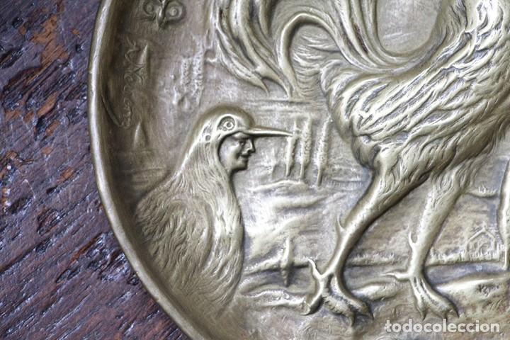 Arte: Antigüedad - Plato de latón detallada con gallos, Mano tallada, plato grabado firmado - Foto 3 - 112934171