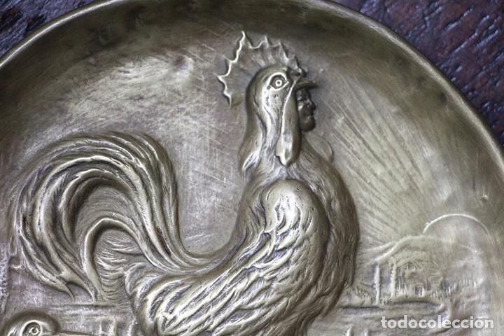 Arte: Antigüedad - Plato de latón detallada con gallos, Mano tallada, plato grabado firmado - Foto 4 - 112934171