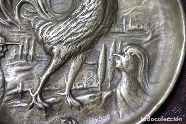Arte: Antigüedad - Plato de latón detallada con gallos, Mano tallada, plato grabado firmado - Foto 5 - 112934171