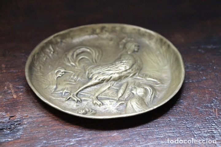 Arte: Antigüedad - Plato de latón detallada con gallos, Mano tallada, plato grabado firmado - Foto 11 - 112934171