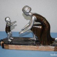 Arte: ESCULTURA ART DECÓ 1920 MADRE CON HIJO. Lote 112987127