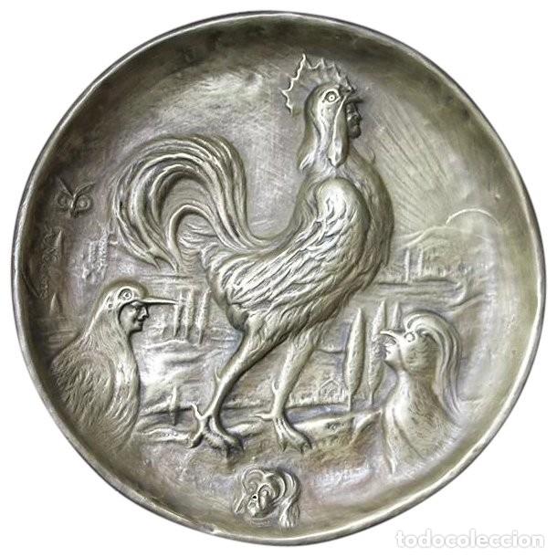 ANTIGÜEDAD - PLATO DE LATÓN DETALLADA CON GALLOS, MANO TALLADA, PLATO GRABADO FIRMADO (Arte - Escultura - Otros Materiales)