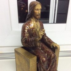 Arte: ESTATUA DE JESÚS DE ESCAYOLA SENTADO EN TRONO DE MADERA. Lote 178735695