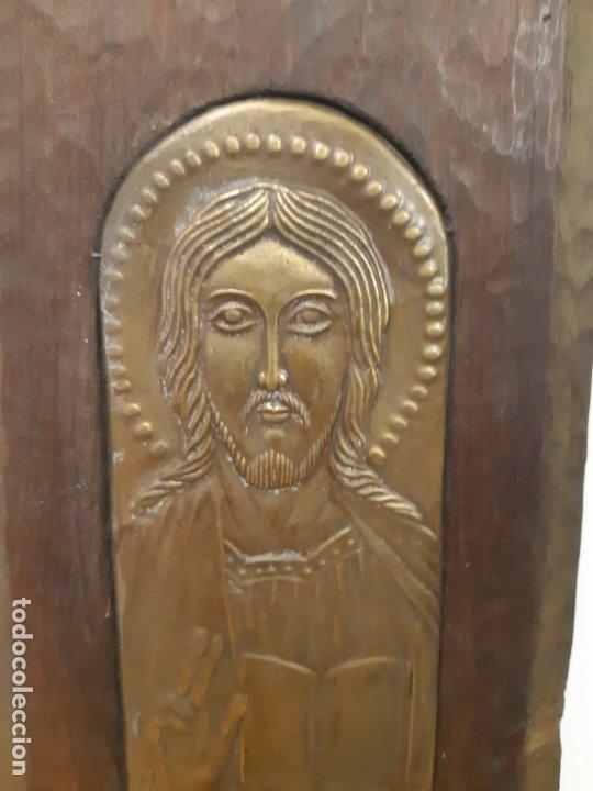 JESUS CON LIBRO. 8 X 20. METAL REPUJADO Y MADERA. FRANCESC GASSO. UNA OBRA DE ARTE EN TU CASA (Arte - Escultura - Otros Materiales)