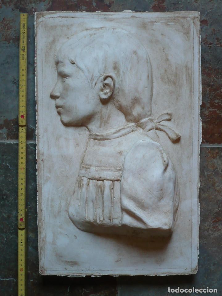 PLACA EN RELIEVE DE YESO DEL TALLER DEL ESCULTOR DIONIS RENART DE BARCELONA, FIRMADA Y FECHADA (Arte - Escultura - Otros Materiales)