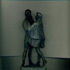 Arte: FIGURA PAREJA ROMANTICA EN CALAMINA, BASE DE ALABASTRO. FIRMADA POR PERALTA. Lote 183068811