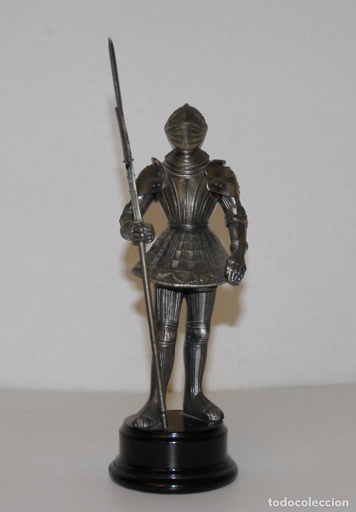ESCULTURA FIGURA GUERRERO MEDIEVAL CON ARMADURA (Arte - Escultura - Otros Materiales)