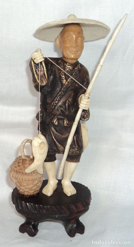 ANTIGUA FIGURA ESCULTURA DE BRONCE MARFIL Y TAGUA PESCADOR CHINO CON SOMBRERO Y CAÑA CESTA PEZ 18 CM (Arte - Escultura - Otros Materiales)