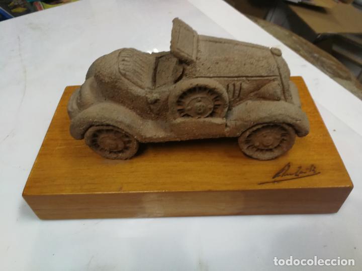 FIGURA DE BARRO DE VEHICULO CLASICO DEL CERAMISTA GALLEGO ANTON ROMAN VAZQUEZ FIRMADA (Arte - Escultura - Otros Materiales)