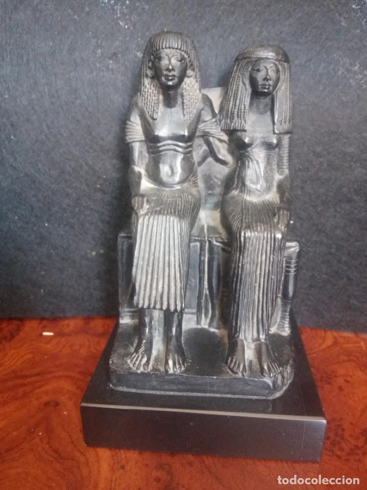 DOS FIGURAS SENTADAS EGIPCIAS DEL MUSEO DE LOUVRE (Arte - Escultura - Otros Materiales)