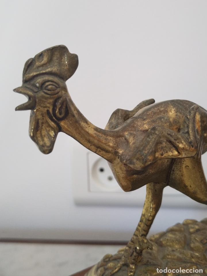 Arte: Curiosa escultura de metal del Gallo Morón con peana de madera - Foto 4 - 215807765