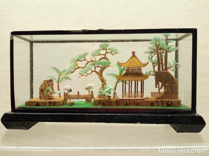 Arte: 17.5 cm - Bello diorama chino talla miniatura en corcho con urna - paisaje templo jardines y aves - Foto 2 - 236249780