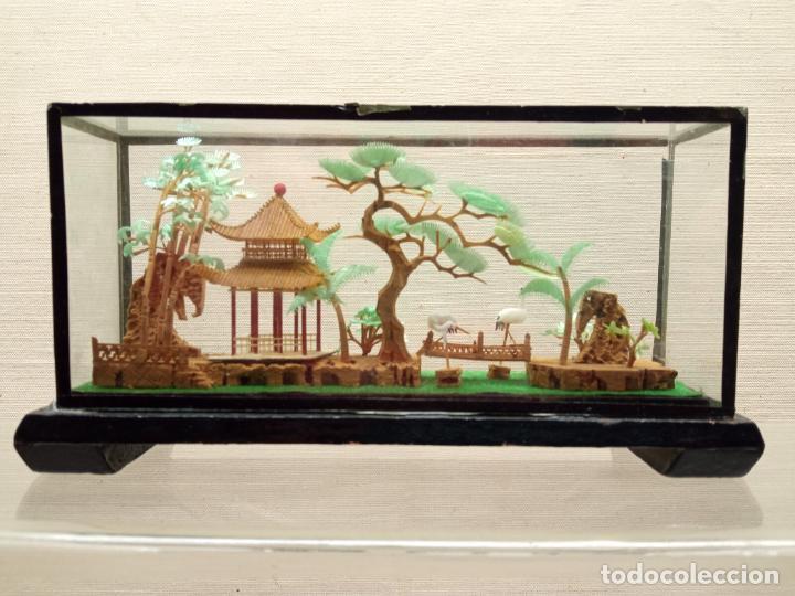 17.5 CM - BELLO DIORAMA CHINO TALLA MINIATURA EN CORCHO CON URNA - PAISAJE TEMPLO JARDINES Y AVES (Arte - Escultura - Otros Materiales)