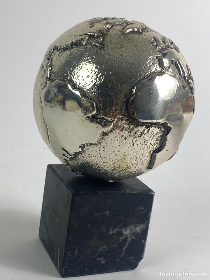 *BOLA DEL MUNDO EN METAL PLATEADO. S.XX. (Arte - Escultura - Otros Materiales)