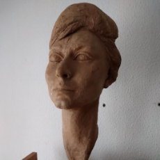 Arte: BUSTO DE MUJER, BARRO COCIDO. 59 CM ALTURA INCLUYENDO PEANA (13 CM).. Lote 240971795