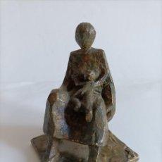 Arte: ILEGIBLE - MATERNIDAD - ESCULTURA EN ESTUCO , PATINA EN BRONCE , ALT. 15 CMS.. Lote 273295028