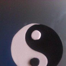 Artesanía: BROCHE YIN YAN ECHO ARTESANALMENTE - GOMA EVA - TAL CUAL EN LA FOTO. Lote 38494377