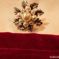 Artesanía: BROCHE DE PRIMERA CALIDAD, PERLAS BLANCAS, SOBRE METAL PLATEADO,. Lote 70335149