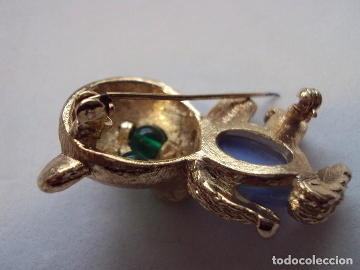 Artesanía: Broche de metal dorado, con dos piedras de malaquita en los ojos y otra piedra sintética ovalada - Foto 2 - 71145697