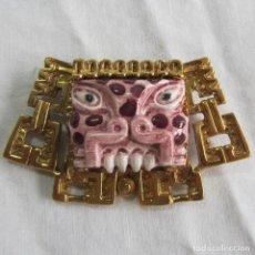 Artesanía: BROCHE DE ESTILO AZTECA CERÁMICA VIDRIADA Y METAL DORADO MARBEL SALVADOR MÉXICO. Lote 92924990