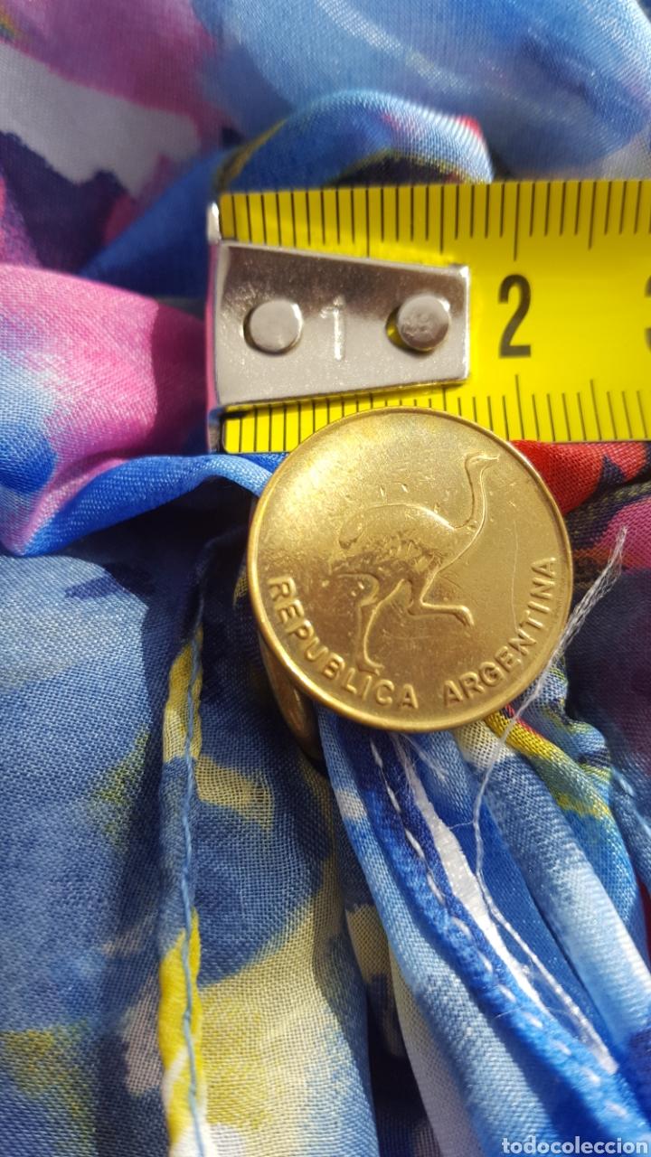 Artesanía: PRECIOSO BROCHE DORADO SUJETA PAÑUELOS. ARTESANÍA MONEDA 1 CENTAVO ÑANDU 1985.REPÚBLICA ARGENTINA - Foto 2 - 152377600