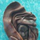 Artesanía: BROCHE EN PIEL MARRÓN. AÑOS 80. ARTESANÍA CANTABRIA. Lote 158188629