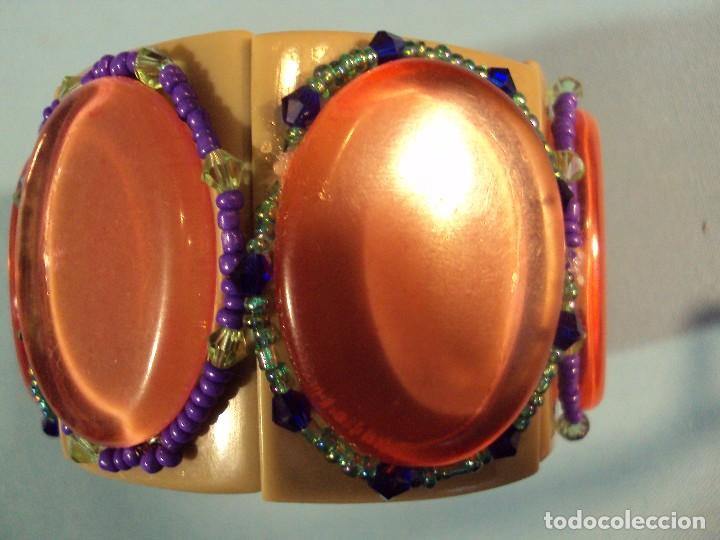 Artesanía: ARTESANIA. Pulsera elástica de material sintético, embellecida con cristalitos de colores. - Foto 2 - 101474579
