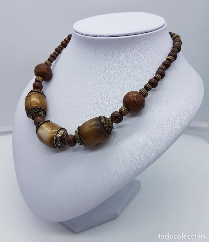Artesanía: Original collar nepalí hecho artesanalmente con bolitas de madera y dijes de metal. - Foto 2 - 102498103