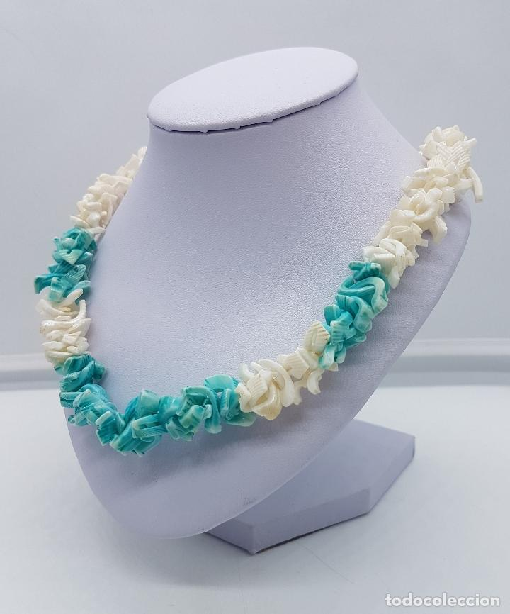 Artesanía: Precioso collar antiguo hecho de trozos de conchas marinas tintadas en tono turquesa. - Foto 2 - 102532615