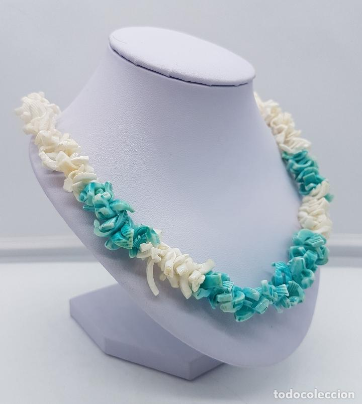 Artesanía: Precioso collar antiguo hecho de trozos de conchas marinas tintadas en tono turquesa. - Foto 3 - 102532615