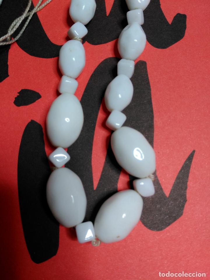 Artesanía: Collar de cuentas blancas. Diferentes tamaños y formas. - Foto 2 - 126734047